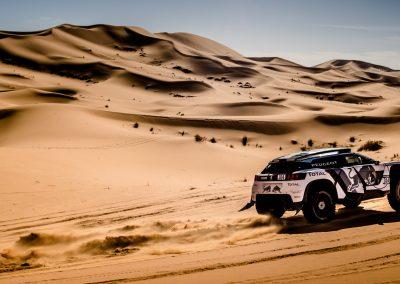 Peugeot 3008 DKR von hinten in der Wüste